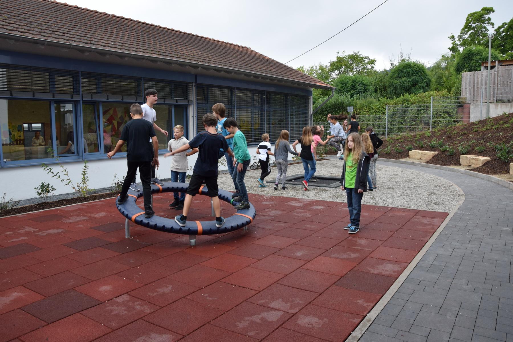 Spielgeräte auf dem Schulhof des Gymnasiums am Stefansberg in Merzig