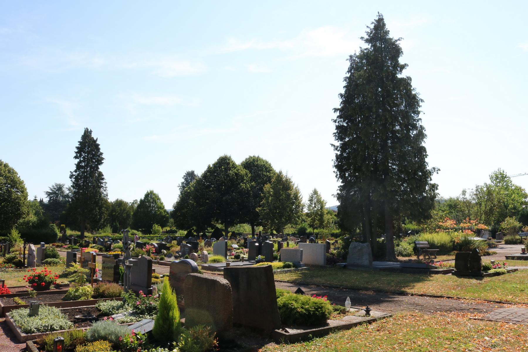 Grabsteine auf dem Friedhof in Hilbringen