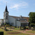 Der Friedhof und die dahinterstehende Kirche in Mechern.