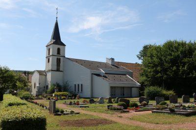 Friedhof und Kirche in Mechern