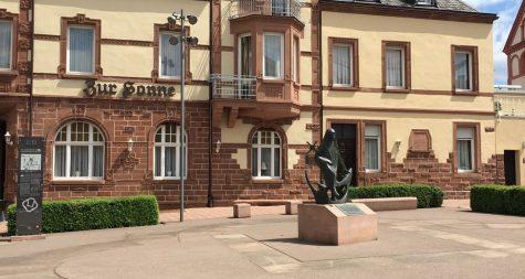 Sehenswürdigkeiten in Merzig: Kirchplatz St. Peter – St. Peter's Church Square