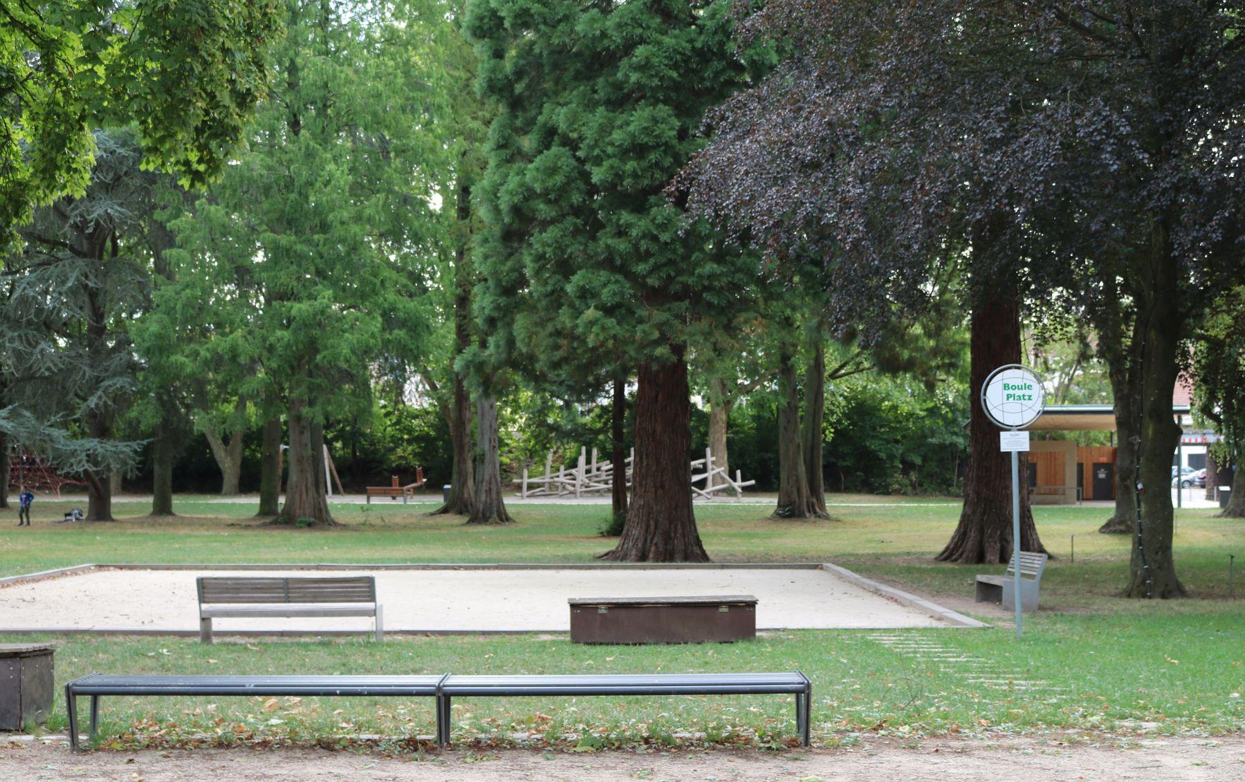 Das Bild zeigt den Bouleplatz, der im Merziger Stadtpark zum Spielen einlädt.