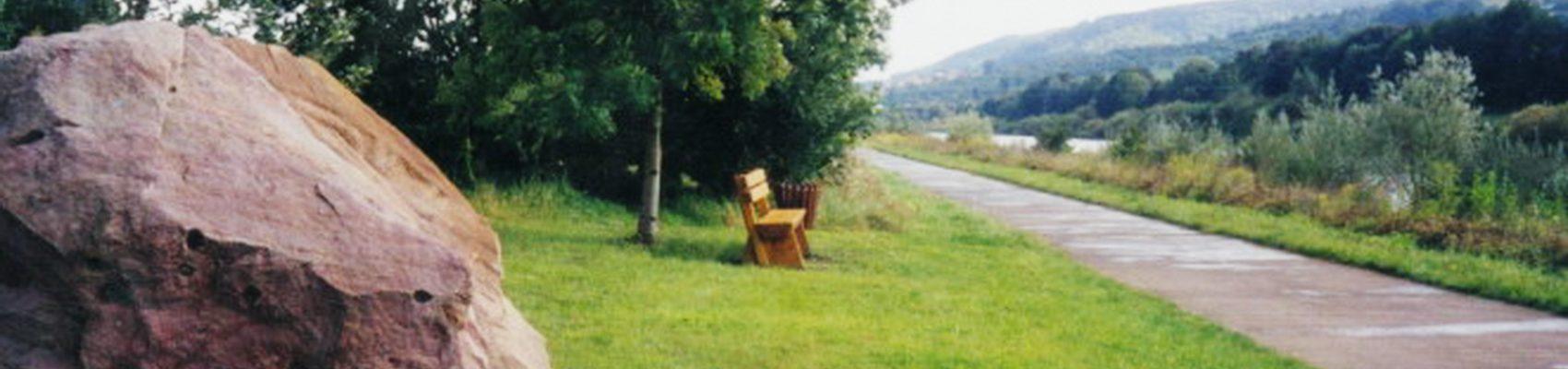 Sehenswürdigkeiten in Merzig: Steine und Pflanzen am Wasser – Pierres et plantes au bord de l'eau