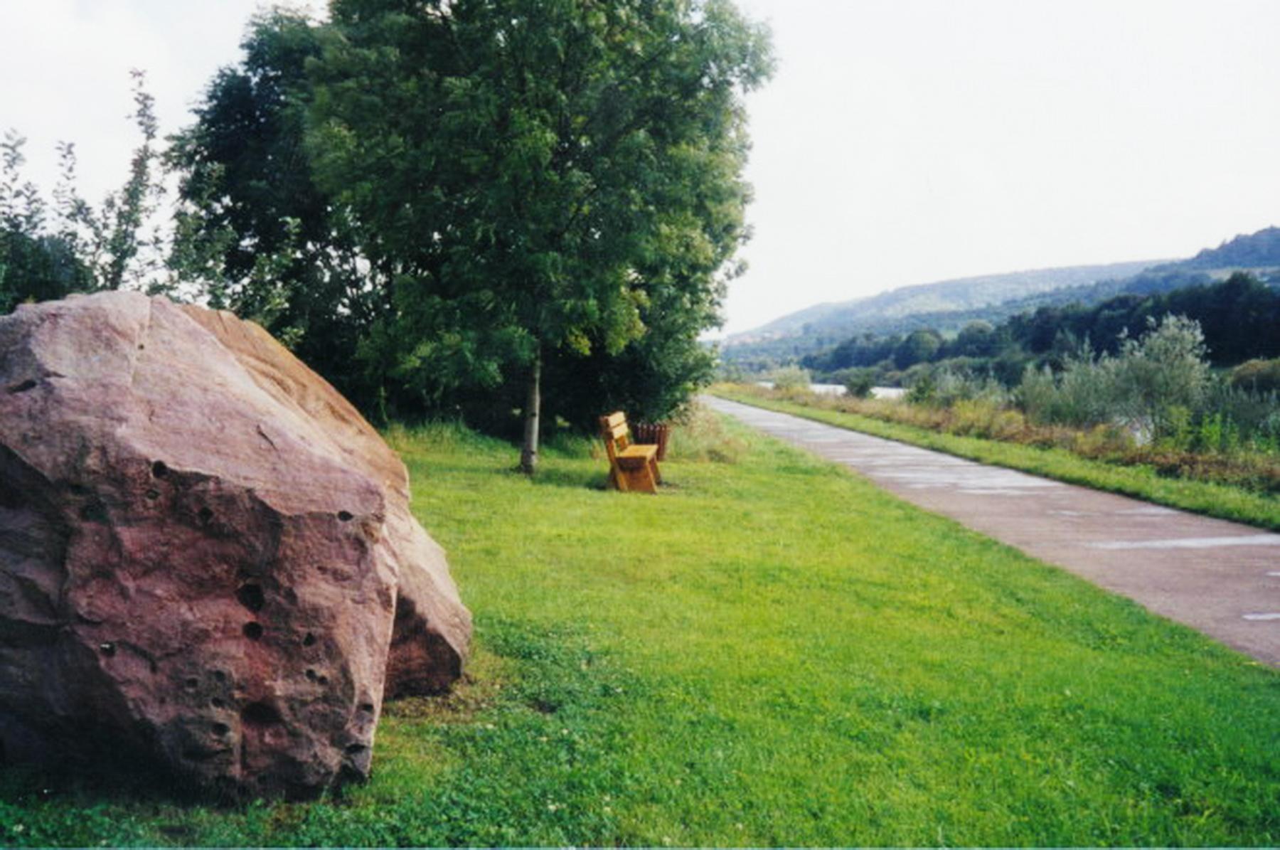 Steine am Wasser am Saarleinpfad