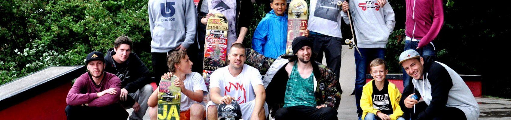 Gruppenbild von Jugendlichen bei der Teilnahme an einem Turnier im Skatepark am Blätterbornweiher.