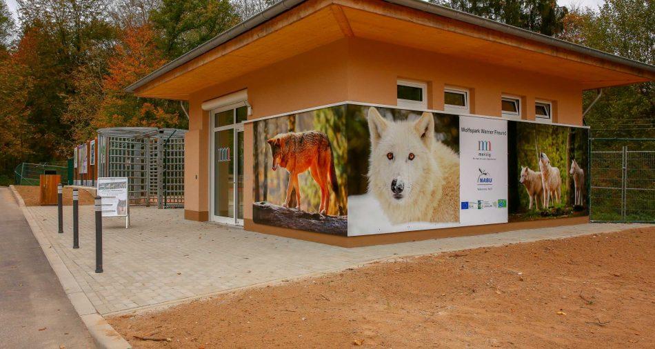 Das neue Informationsgebäude beim Eingang des Wolfsparks