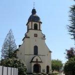 Auf dem Foto sieht man die Schwemlinger Kirche von außen.