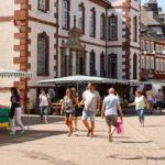 Zu sehen ist die Fußgängerzone samt Ständen vom Bauernmarkt