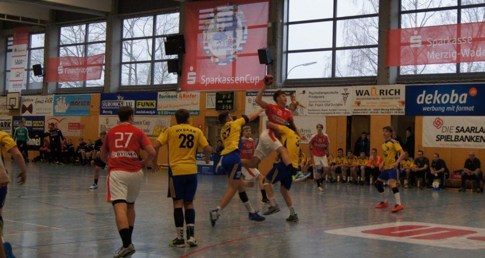 Zu sehen ist eine Spielszene zwischen dem HV Saar und Dänemark beim 32. Sparkassen-Cup in Merzig.