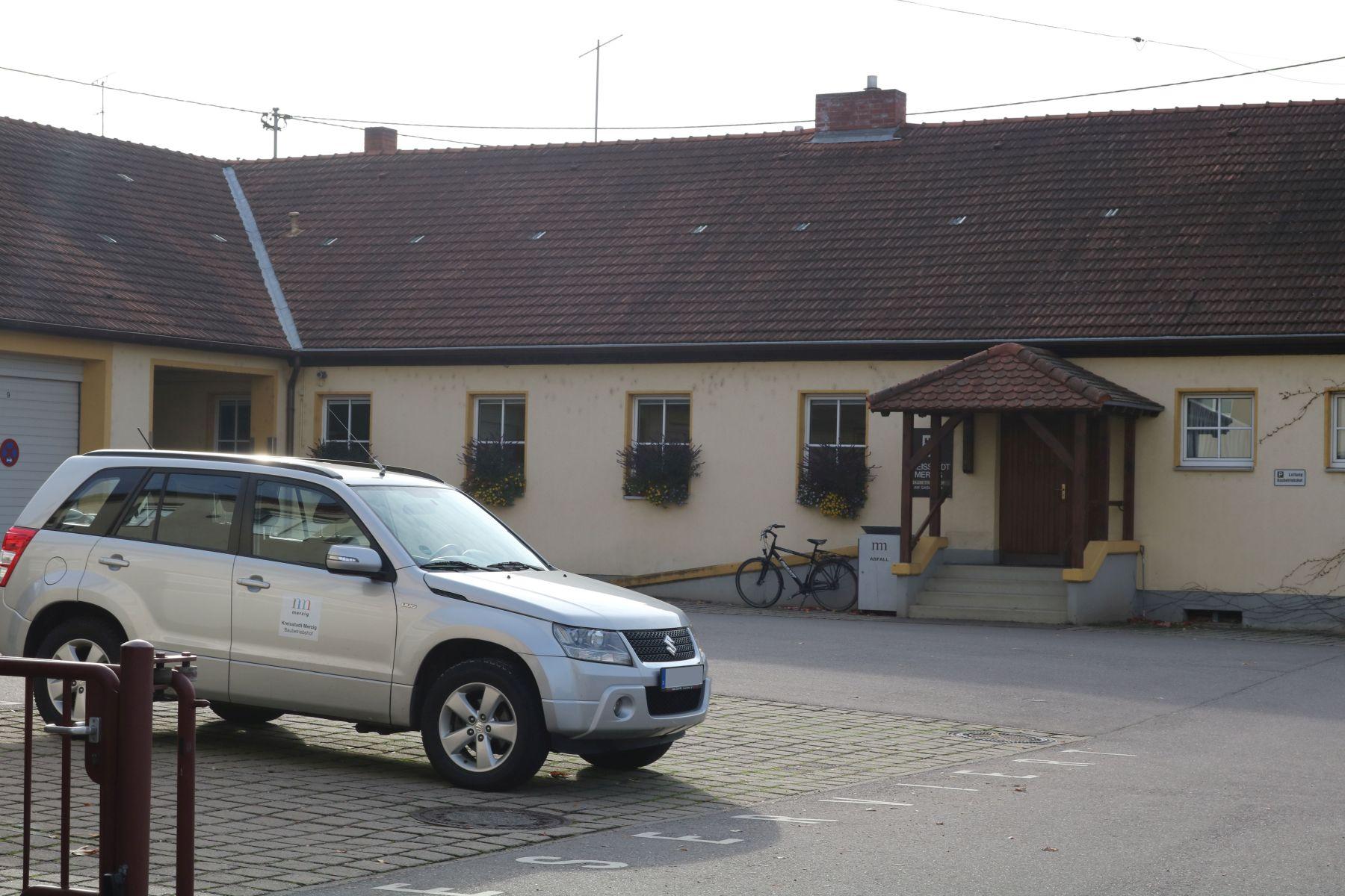 Außenansicht des Baubetriebshofs Merzig mit Fahrzeug