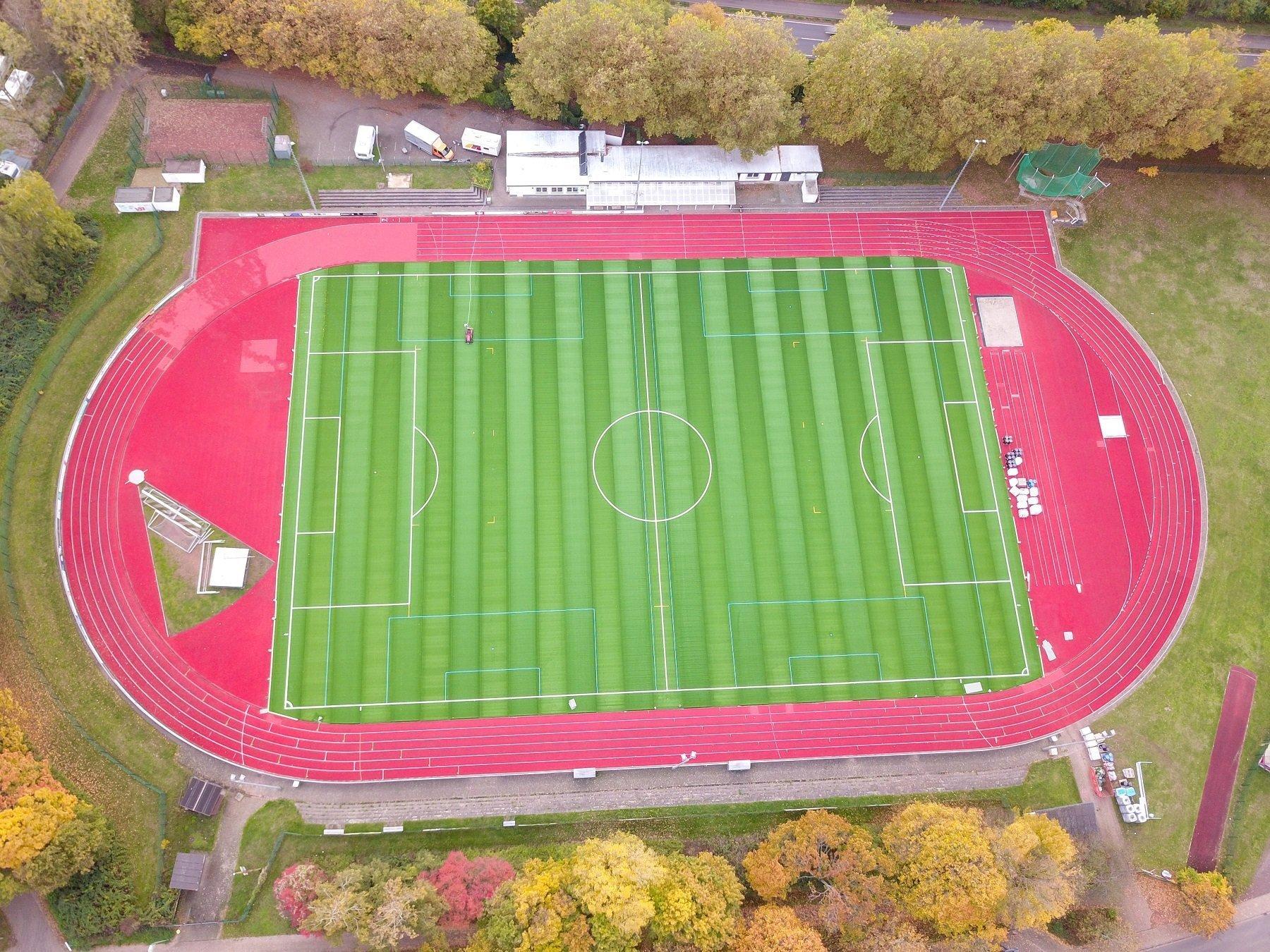 Auf dem Bild ist eine Luftansicht des Blättelbornstadions mit neuem Kunstrasen und sanierter Laufbahn zu sehen.