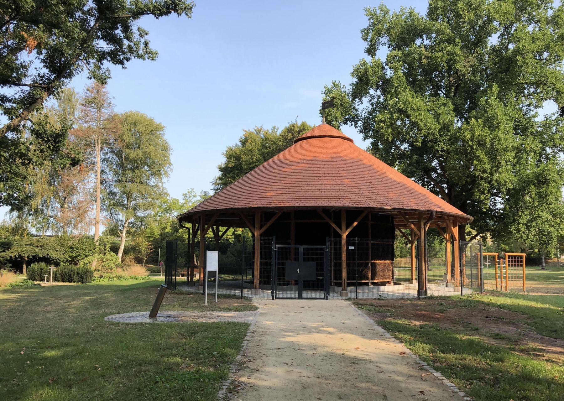 Das Foto zeigt das Gradierwerk, das auch als Saline bekannt ist, im Merziger Stadtpark.