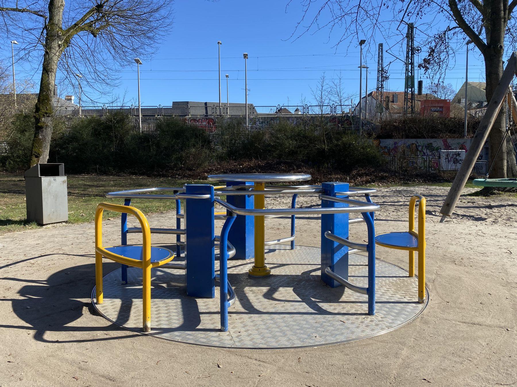 Das Foto zeigt das inklusive Karussell im Merziger Stadtpark.