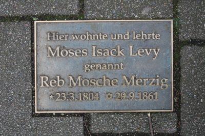 Das Bild zeigt die Gedenktafel für Reb Mosche in der Wagnerstraße.