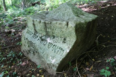 Das Bild zeigt den Reb-Mosche-Stein im Park der Andersdenkenden.