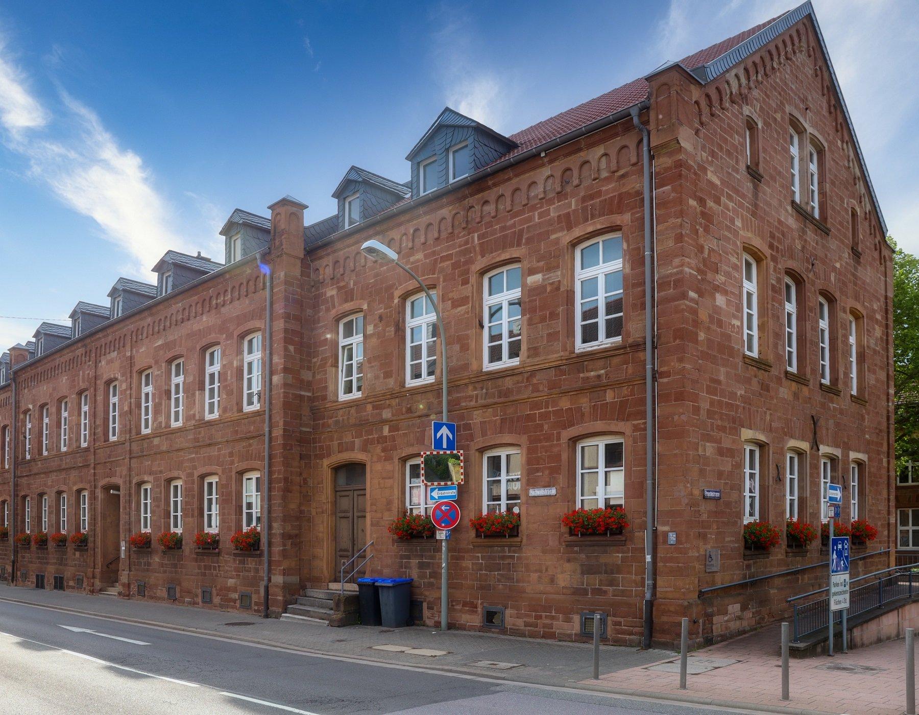 Das Bild zeigt die Stadtbibliothek Merzig in der Außenansicht.