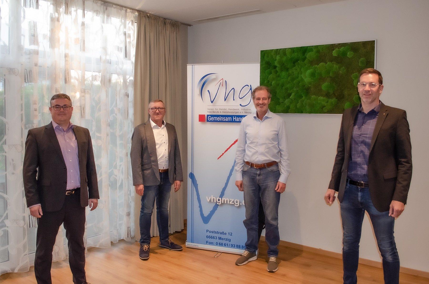 Das Foto zeigt die vier Mitglieder des Merziger VHG-Vorstands Peter Schill, Michael Nilles, Peter Tinnes und Markus Koster. In der Mitte hinter ihnen steht ein VHG-Banner.