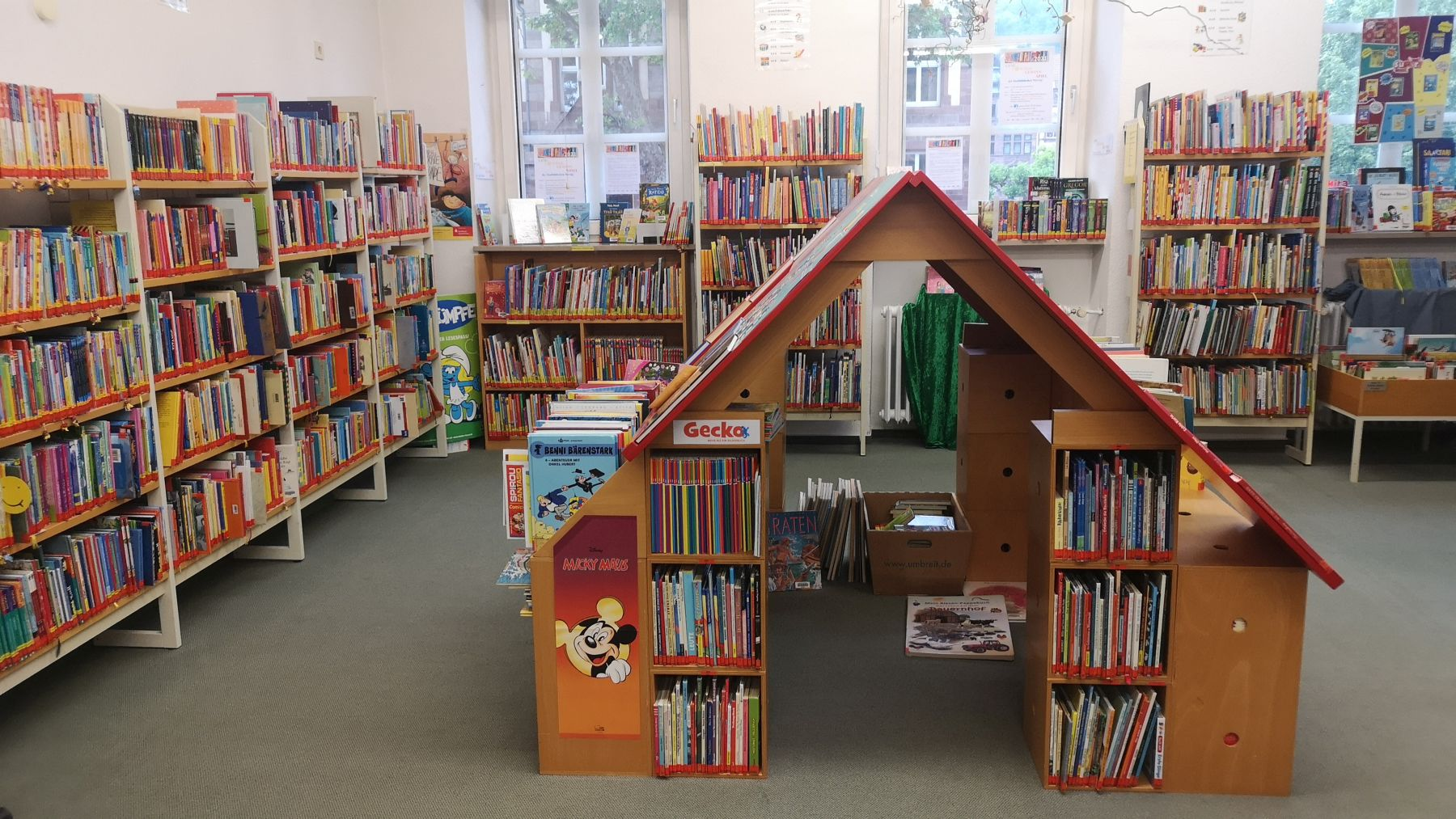 Das Foto zeigt die Kinderbuch-Ecke in der Stadtbibliothek.