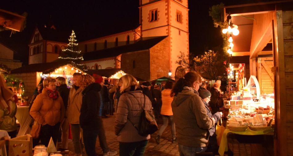 Das Foto zeigt den Nikolausmarkt vor der Pfarrkirche St. Peter.
