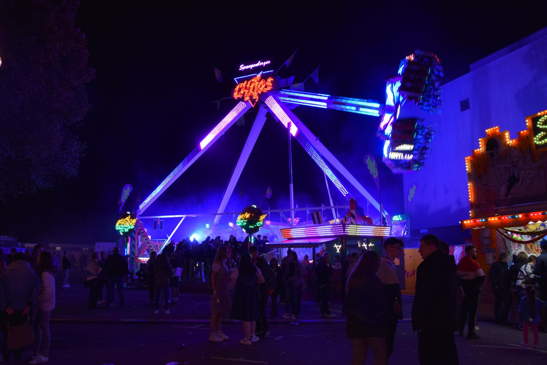 Das Foto zeigt das Fahrgeschäft Chaos auf dem Merziger Oktoberfest