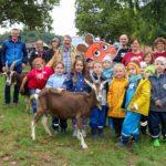 Das Foto zeigt Bürgermeister Marcus Hoffeld, Kinder und Helfer beim Türöffner-Tag im Merziger Tier- und Arche-Park